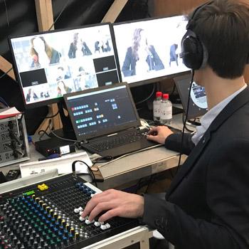 MédiaComs intervient pour tous les projets audiovisuels, vidéos ou sonores. Tournage, Montage, Trucage, Doublage pour films d'entreprise ou institutionnels. Ici un studio tv temporaire